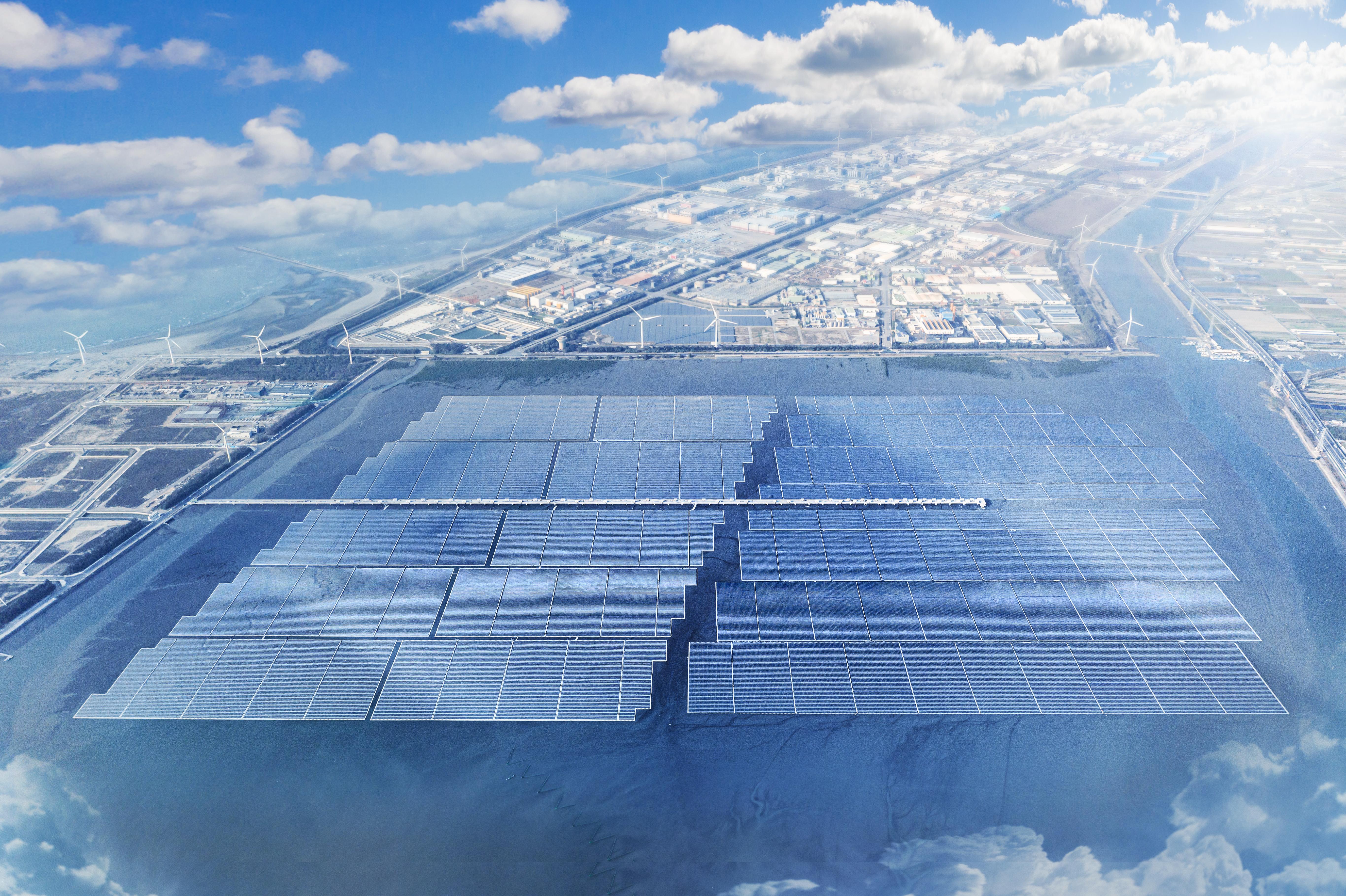 台灣全球最大海上太陽能案廠已併網,首年預估貢獻 2.5 億度電