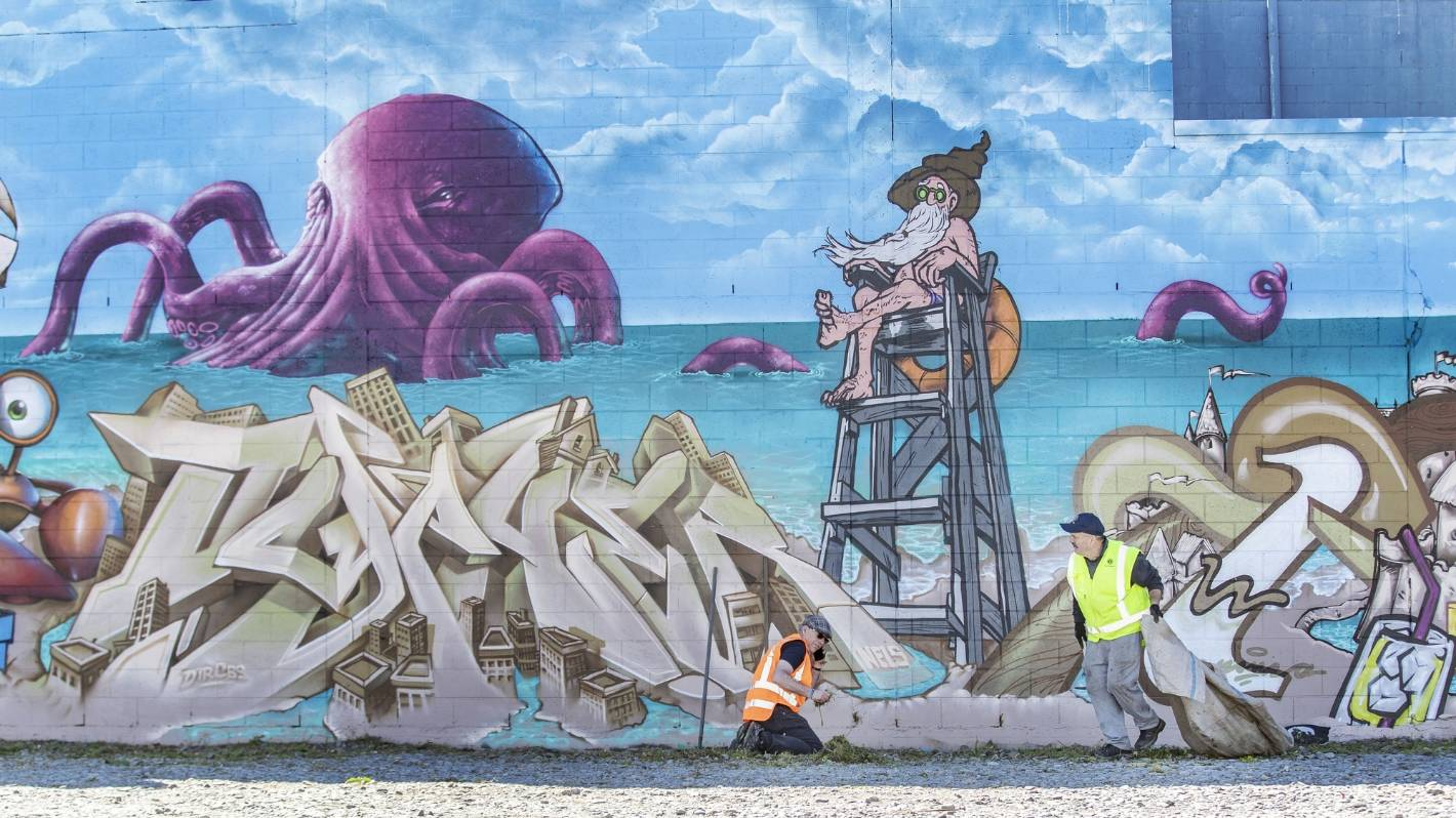 About 120 volunteers pitch in to clean up seaside suburb