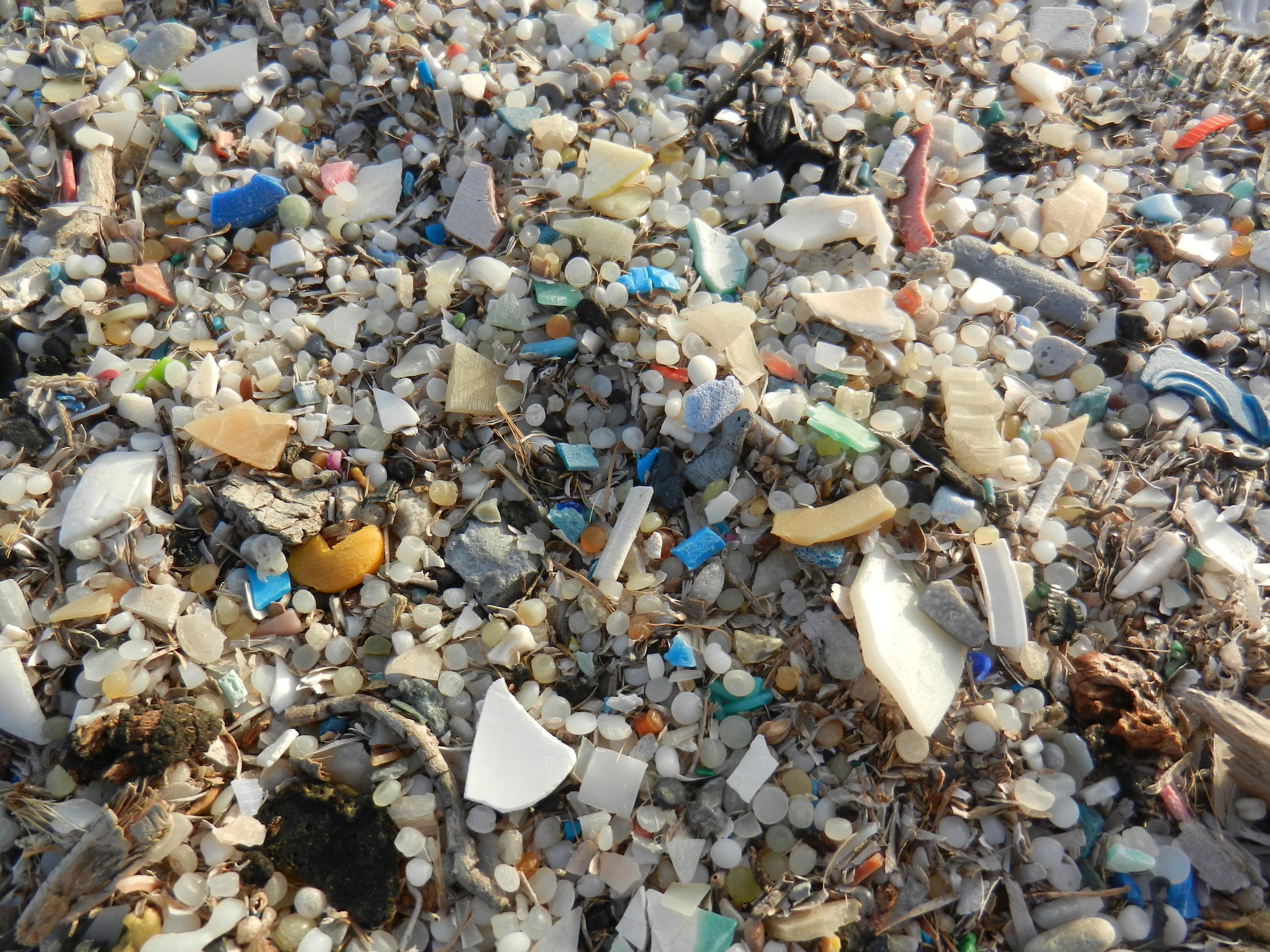 海上燃起大火  岸上的我們如何阻止塑膠危機