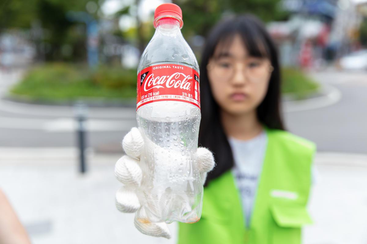 您手上的可樂瓶,百年後還在!別再相信飲品企業的回收謊言了